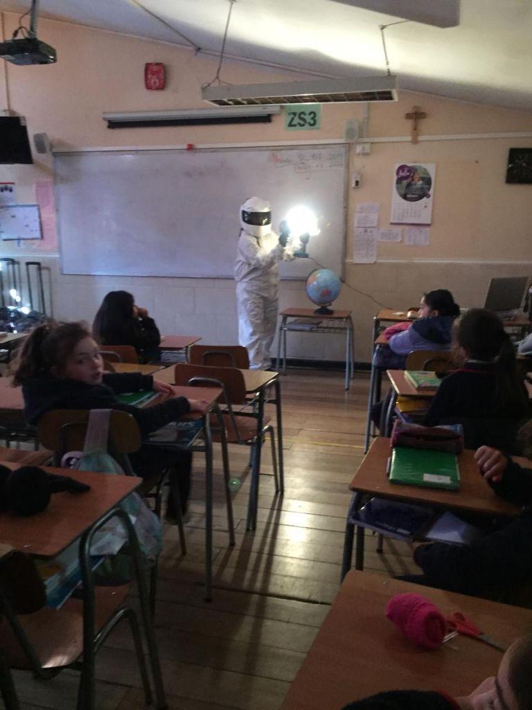 Demostración alumnas sobre el eclipse